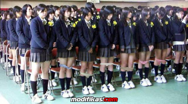 Kalau membandel dan tidak tertib administrasi siswi SMA Jepang lepas celana  sebagai hukuman nya. Hukuman untuk melepas celana dalam ini terbilang unik  bin ... 95840cc681