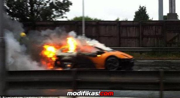 Mobil Lamborghini Murceilago Terbakar Dengan Harga 163 270 000 Di Jalanan