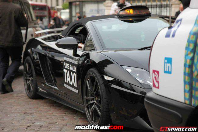 Model Seksi Turun Dari Taxi Lamborghini Gallardo Di London