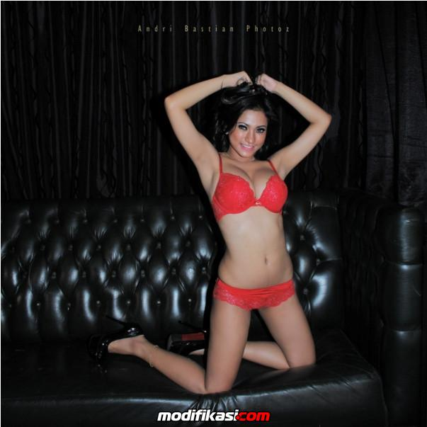 foto model seksi amel alvi model toket gede red bikini