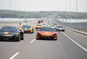 Sebanyak 15 Mobil Mclaren Turun Ke Jalan Hebohkan Warga Surabaya
