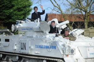 Buat Sensasi, Nick Mead Antar 2 Anaknya Ke Sekolah Naik Tank 17 Ton