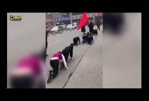 Video: Tidak Capai Target Penjualan, Karyawan China Jalan Merangkak