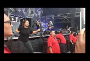 Video: Wanita Ini Totalitas Terjemahkan Bahasa Isyarat Di Konser
