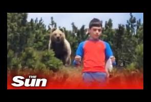 Video:Diikuti Beruang, Bocah Ini Tetap Tenang & Pelan-Pelan Menjauh