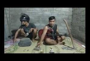 Kreatif, 2 Pria Ini Gunakan Baskom & Sapu Lidi Sebagai Alat Musik