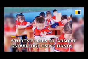 Video: Lucunya Bocah Ini Coba Basuh Kepalanya Dengan Buku Pelajaran
