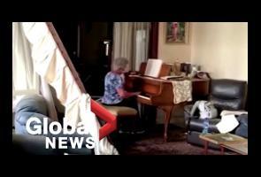 Apartemen Hancur, Nenek Di Beirut Ini Dengan Tenang Mainkan Piano