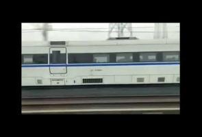 Video: Kereta Peluru Di China Ini Dibalap Kereta Cepat Model Lama
