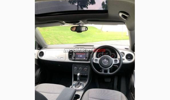 2013 volkswagen new beetle white on black. Black Bedroom Furniture Sets. Home Design Ideas